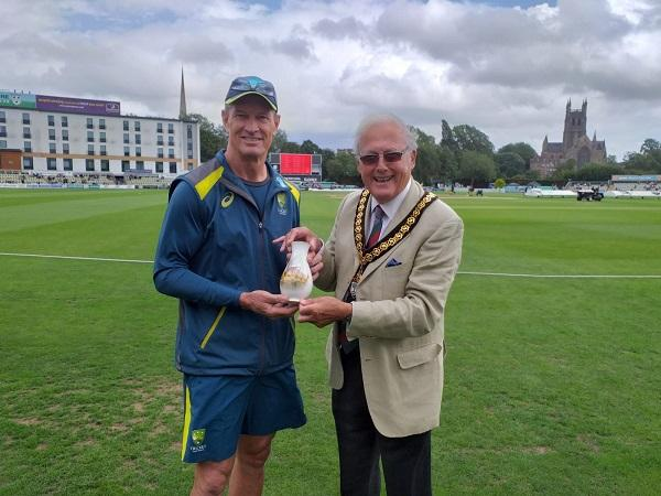 Chairman Peter Tomlinson presents a Royal Porcelain vase to Graeme Hick
